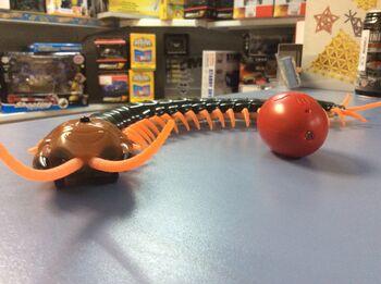 Гигантская сколопендра Centipede на пульте управления